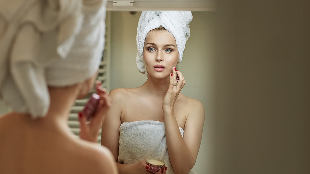 6 Things Women With Amazing Skin Always Do Before Bed
